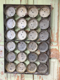 Oude plaat met 24 gebaksvormpjes