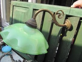 Brocante wandlamp met groene glazen kap en goudkleurige voet