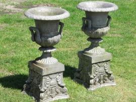 Set van 2 oude metalen brocante tuinvazen op sokkel