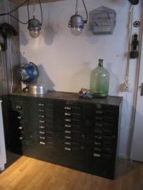 Oude metalen industriële kast / dressoir met 28 laden