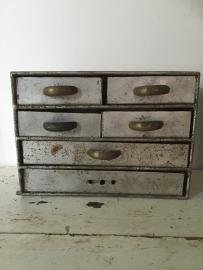 Klein antiek metalen industrieël  kastje