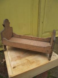 Antiek houten poppenbedje