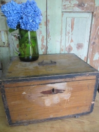 Oude houten kist met deksel