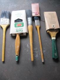 set van 5 oude verfkwasten met houten handvat