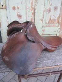 Oud lederen (paarden) zadel