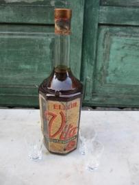 Hele oude fles gevuld met Vita gezondheiselixer van Smeets uit Hasselt
