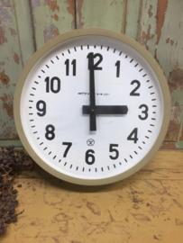 Vintage klok met olijfgroene rand