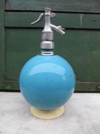 Oude mooie bolvormige blauwe spuitfles
