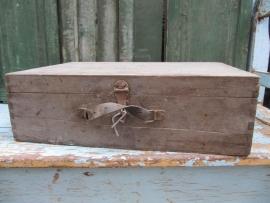 Oude houten kist met handvat