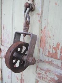 Oude industriële katrol met haak