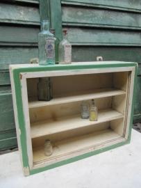 Antiek houten apothekerskastje met 2 legplankjes