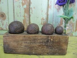 Antieke blok met ijzeren gewichten