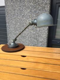 Oude jieldé lamp op tafelvoet