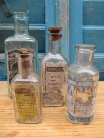 Set van 4 oude apotheekflesjes met etiket