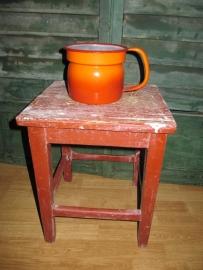 Oude oranje emaille melkkoker