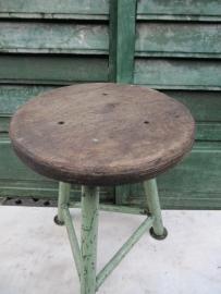 Leuke oude metalen industriële kruk met houten zitting