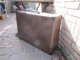 Brocante grote bruine koffer.