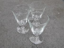 Gegraveerd wijn glas met lage voet.