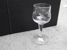 Cocktailglaasje met geslepen motief