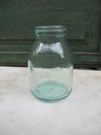 Hele oude yoghurt pot van glas