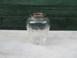 Frans oud brocante glazen vaasje met verzilverde rand.