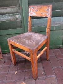Heel oud klein houten stoeltje