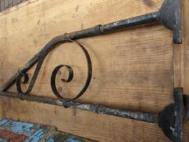 Oude grote ijzeren muurlamp