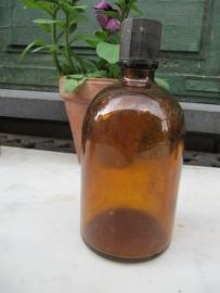 Ronde oude bruine medicijnfles met dopje.