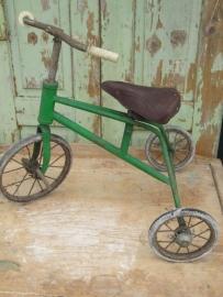 Oude driewieler met lederen zadel