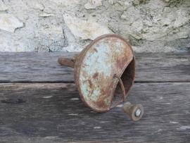Oude Franse olietrechter met ingebouwde draaiveer