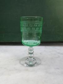 Leuk bewerkt groen glazen wijn/port glaasje op voet