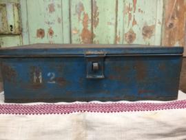 Oude metalen kist met vakken