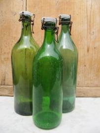 Hele oude groene beugelflessen met porseleinen dop set van 3 stuks