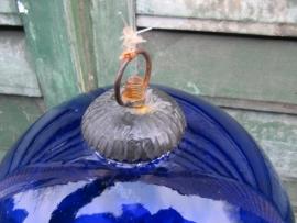 Brocante grote glazen blauwe bal.