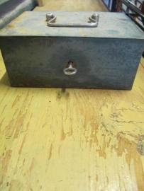 Brocant metalen (geld)kistje