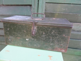 Brocante groen metalen kistje met 1 handvat en slotoog