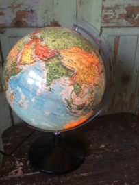 Grote wereldbol met verlichting