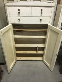 Antiek wit kastje, 3 lades en 2 deurtjes