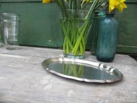 Brocante ovale metalen platte schaal  met schulprand