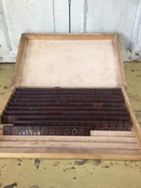 Brocante industriële kist met graveerletters