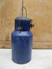 Emaille donkerblauw kannetje met deksel en sluiting
