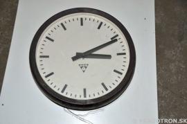 Industriële ronde klok met bakelite rand. Erg mooi.
