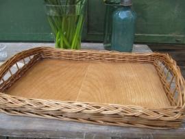 Brocante mand / dienblad met houten bodem