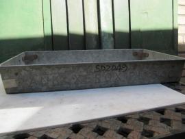 Oude metalen zinken stapelbakken