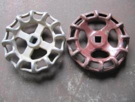 Oude metalen bruine of zilverkleurige kraangreep