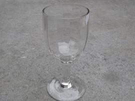Wijn glas met geslepen facet.