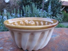 Leuke Frans brocante cake- of tulbandvorm van aardewerk