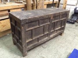 Oud houten toonbank met vakjes mooi bewerkt. *