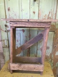 Oude hoge houten kruk