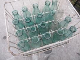 Verzinkte krat met melkflessen halve liters